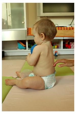 ישיבה בהתפתחות תינוק - התישבות עצמאית - ישיבה זקופה