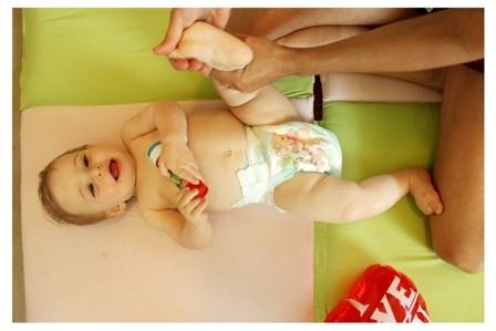 התפתחות תינוק - תרגיל לחיזוק רגלי התינוק