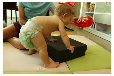 התפתחות תינוק - שלבי התפתחות התינוק - איחור התפתחותי - עיכוב התפתחותי - מעבר מישיבה לעמדה בעזרת חפץ